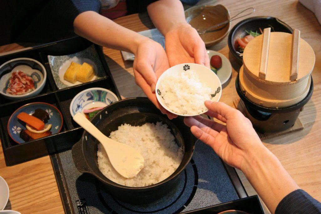 南部鉄器釜で炊きあげたツヤツヤのお米